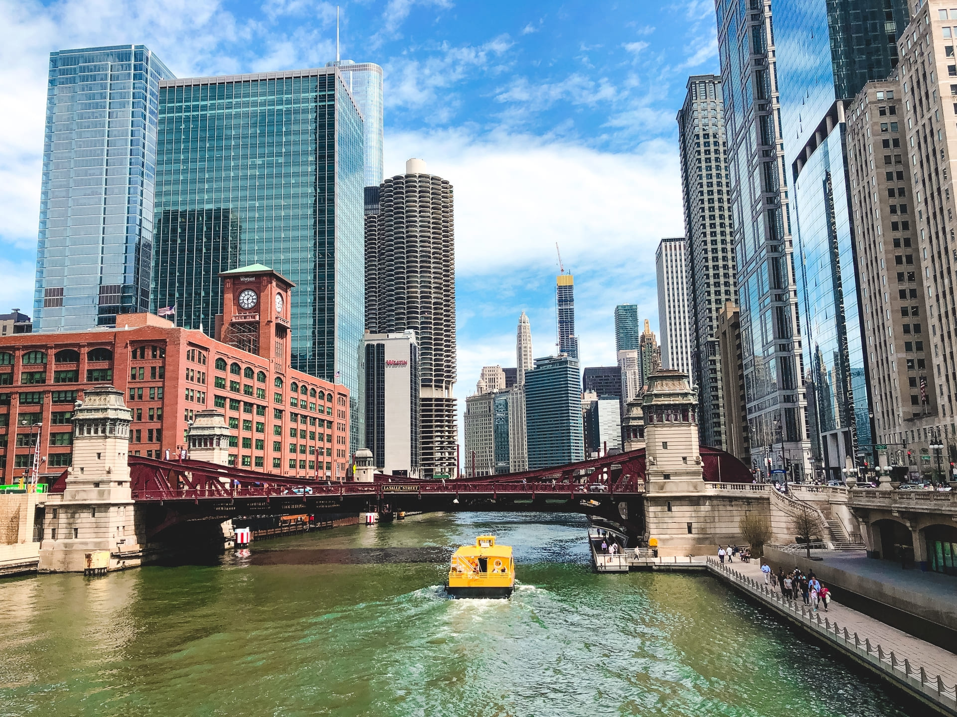 beautiful-wide-shot-chicago-river-with-amazing-modern-architecture